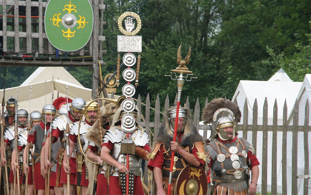 Roman soldiers with aquilifer signifer centurio 70AD CC BY-SA via Wikimedia Commons3.0