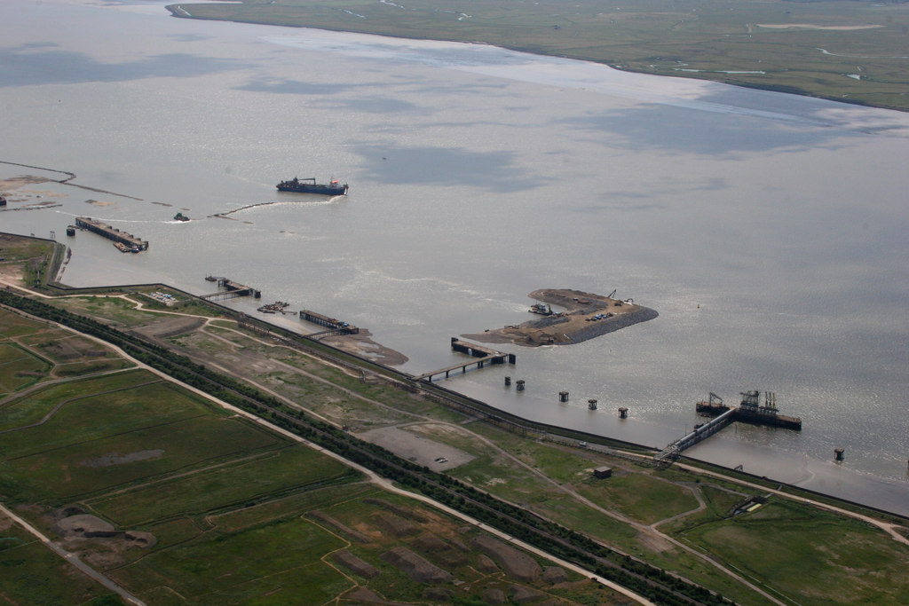 Shell Haven Port - geograph.org.uk Licensed under CC BY-SA 2.0 via Wikimedia Commons.